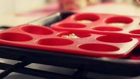 Kulinarni domowej roboty chałupa sera słodka bułeczka Ciasto naleśnikowe nalewa w krzem foremki dla piec zbiory wideo