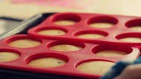 Kulinarni domowej roboty cha?upa sera s?odka bu?eczka Ciasto nale?nikowe nalewa w krzem foremki dla piec zbiory wideo