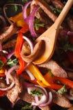 Kulinarni fajitas: wołowina z warzywami makro- vertical Fotografia Stock
