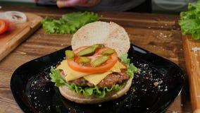 Kulinarni hamburgery proces robi? hamburgerowi obraz royalty free