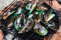 Kulinarni mussels piec na grillu zdjęcia stock