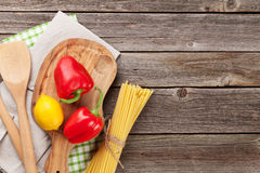 Kulinarni naczynia i składniki na drewnianym stole Obrazy Royalty Free