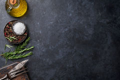 Kulinarni składniki i naczynia na kamienia stole obrazy royalty free