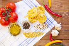 Kulinarni składniki na drewnianym stole Zdjęcia Royalty Free