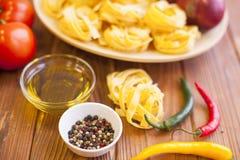 Kulinarni składniki na drewnianym stole Obrazy Stock