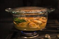 Kulinarni srimps w przejrzystym szklanym garnku Zdjęcie Royalty Free