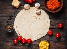 Kulinarni tortilla opakunki Składniki na drewnianym stole Zdjęcie Royalty Free