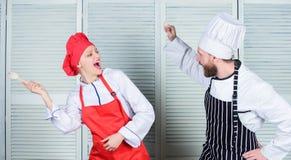 Kulinarny batalistyczny pojęcie Kobiety i brodatego mężczyzny przedstawienia kulinarni konkurenci Ostateczny kucharstwa wyzwanie  obraz royalty free