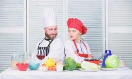Kulinarny batalistyczny poj?cie Kobiety i brodatego m??czyzny przedstawienia kulinarni konkurenci Co kucbarski lepszy Ostateczny  zdjęcia stock