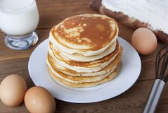 Kulinarny blin na drewnianych tło odgórnego widoku składnikach dla robić blinowi: mleko, jajka, mąka zdjęcie royalty free