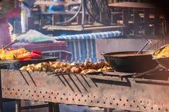 Kulinarny bufet z takeaway zdrowym jedzeniem - plov, ry?, mi?so, pieprz, pikantno??, piec na grillu warzywa obraz royalty free