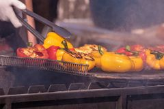 Kulinarny bufet z zdrowym bierze oddalonego posi?ek piec na grillu warzywa, ryba i mi?so na ulicznym karmowym kulinarnym rynku -, obrazy stock
