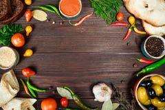 Kulinarny drewniany tło z świeżymi rolnymi warzywami fotografia royalty free