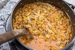 Kulinarny garnek z jedzeniem Obrazy Royalty Free