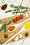 Kulinarny Gorący Korzenny Karmowy pojęcie Suche pikantność i ziele w drewnianej łyżce na tnącej desce zdjęcie royalty free