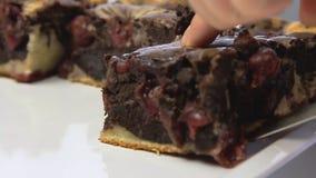 Kulinarny i tnący wiśnia tort zdjęcie wideo
