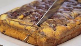 Kulinarny i tnący wiśnia tort zbiory