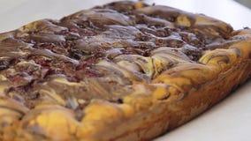 Kulinarny i tnący wiśnia tort zbiory wideo