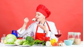 Kulinarny jedzenie i housekeeping Gospodyni domowej rutyna Fachowe kucharstwo porady Kobieta szefa kuchni pr?by smak je jedzenie  fotografia royalty free