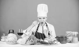 kulinarny jedzenie zdrowe i Fachowe kucharstwo porady Kobieta szefa kuchni pr?by smak obrazy stock