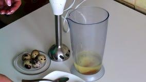 Kulinarny majonez Przepiórek jajka w pucharze blender Kobieta dodaje innych składniki zbiory
