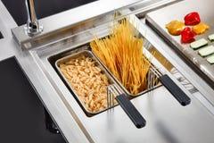 Kulinarny makaron w fachowej kuchni obrazy royalty free