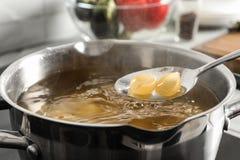 Kulinarny makaron w garnku na kuchence, zbliżenie zdjęcia royalty free