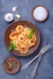 Kulinarny makaron z garnelą na talerzu Z pikantnością i czosnkiem obrazy stock