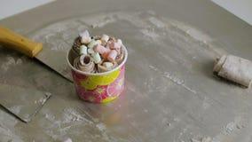 Kulinarny naturalny owocowy lody w Tajlandzkim stylu klamerka Robić lody rolkom z pasyjną owoc na zimno talerzu Robić lodowi zbiory wideo