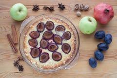 Kulinarny nieociosany śliwka tort na drewnianym tle Fotografia Stock