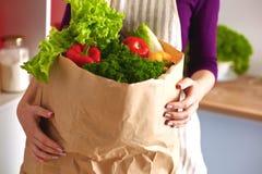 kulinarny ogórkowy rozcięcie je żeńskiego dziewczyny domu kuchennego życia portret target1503_1_ dosyć uśmiechający się przygotow obraz stock