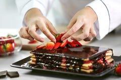 Kulinarny pojęcie Fachowy cukierniczki dekorować obrazy royalty free
