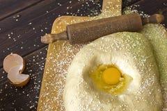 Kulinarny pojęcie Ugniatać ciasto dla wypiekowego chleba obrazy royalty free