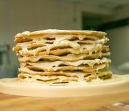 Kulinarny proces Przygotowanie multilayer tort Korek dla domowego czarnoksi??nika Świeżo mażący świezi torty na drewnianym obraz stock