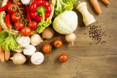 Kulinarny proces w kuchennych produktach rozprzestrzenia na szorstkim drewnianym stole Obraz Royalty Free