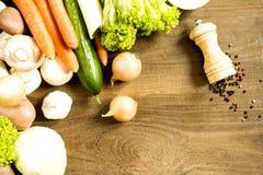 Kulinarny proces w kuchennych produktach rozprzestrzenia na szorstkim drewnianym stole Zdjęcia Stock