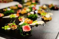 Kulinarny przedstawienie przygotowywa kilka naczynia zdjęcia royalty free