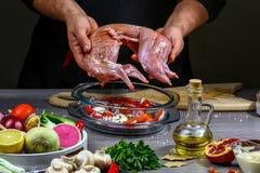 Kulinarny przepis dla królika mięsa piec z warzywami, szef kuchni ręki Kulinarny proces, restauracyjny pojęcie obrazy stock