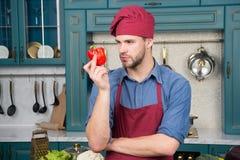 Kulinarny przepis z pieprzem Szef kuchni gotuje słodkiego pieprzu Jarski kuchnia składnik Mężczyzna szefa kuchni odzieży fartucha zdjęcia royalty free