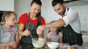 kulinarny rodzinny szczęśliwy wpólnie Młode córki pomagają ich rodzice Mnóstwo zabawę zbiory
