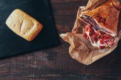 Kulinarny smakowity panini z baleronem zakrywającym z serem, pomidorami i doprawiać, zdjęcie stock