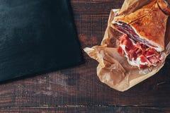 Kulinarny smakowity panini z baleronem zakrywającym z serem, pomidorami i doprawiać, fotografia stock