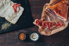 Kulinarny smakowity panini z baleronem zakrywającym z serem, pomidorami i doprawiać, zdjęcie royalty free
