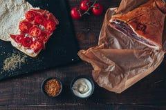 Kulinarny smakowity panini z baleronem zakrywającym z serem, pomidorami i doprawiać, Fotografia Royalty Free
