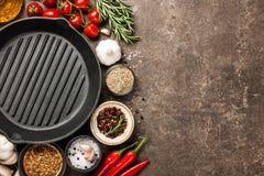 Kulinarny stół z pikantność i ziele zdjęcie royalty free
