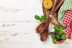 Kulinarny stół z naczyniami i składnikami Zdjęcia Stock