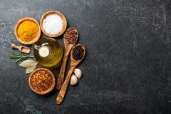 Kulinarny stół z pikantność i ziele zdjęcie stock