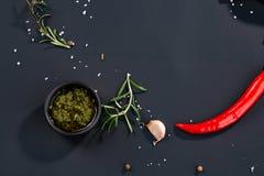 Kulinarny tło z kumberlandem, chili, rozmaryn, sól, czosnek przestrzeń dla teksta zdjęcia royalty free