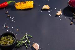 Kulinarny tło z piec na grillu kukurudzą, kumberland, chili, rozmaryn, sól, czosnek przestrzeń dla teksta zdjęcia stock