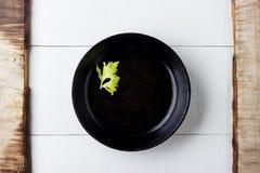 Kulinarny tła pojęcie Pusty nieociosany czerni obsady żelaza talerz zdjęcie royalty free
